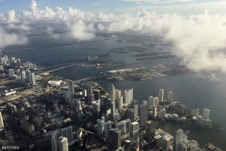 Erősen felhősödik az ég Miami felett október 5-én.