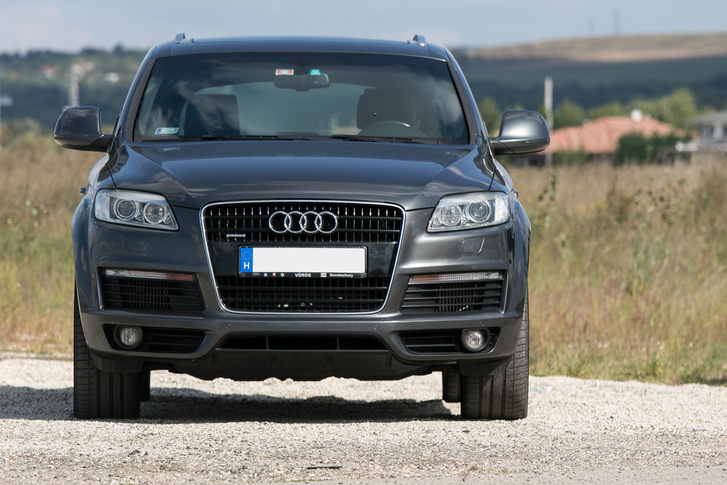 A Q7-est meg lehet különböztetni a többi Auditól. Jóval nagyobb náluk