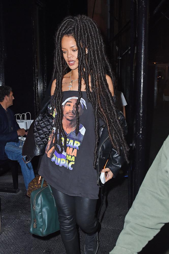 Az énekesnő többnyire extrém öltözködésével hívja fel magára a figyelmet, ám most a hajkoronája ment át szokatlan átalakuláson.