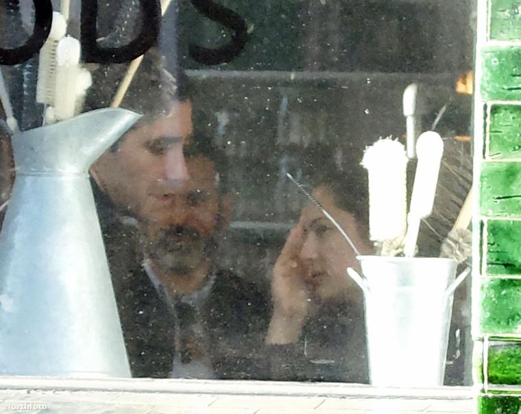 Most azt láthatja, hogy egy étteremben ebédelnek.