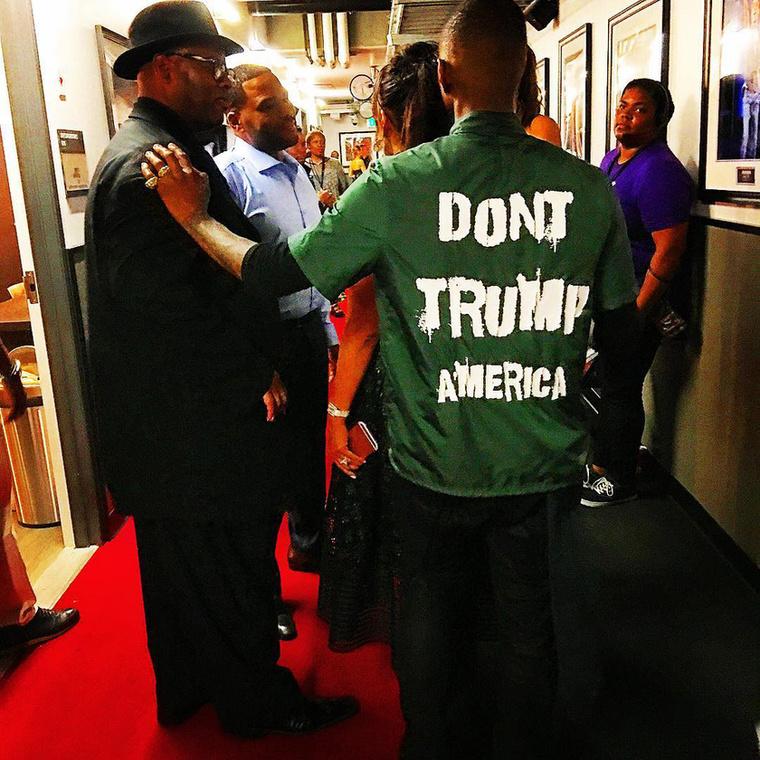 Usher dalát ugyan nem használta fel az elnökjelölt a kampány során, de ő legalább aktívan ment szembe Donald Trumppal - legyártatott egy Don't Trump feliratos pólót, amit ezen az oldalon meg is lehet rendelni.