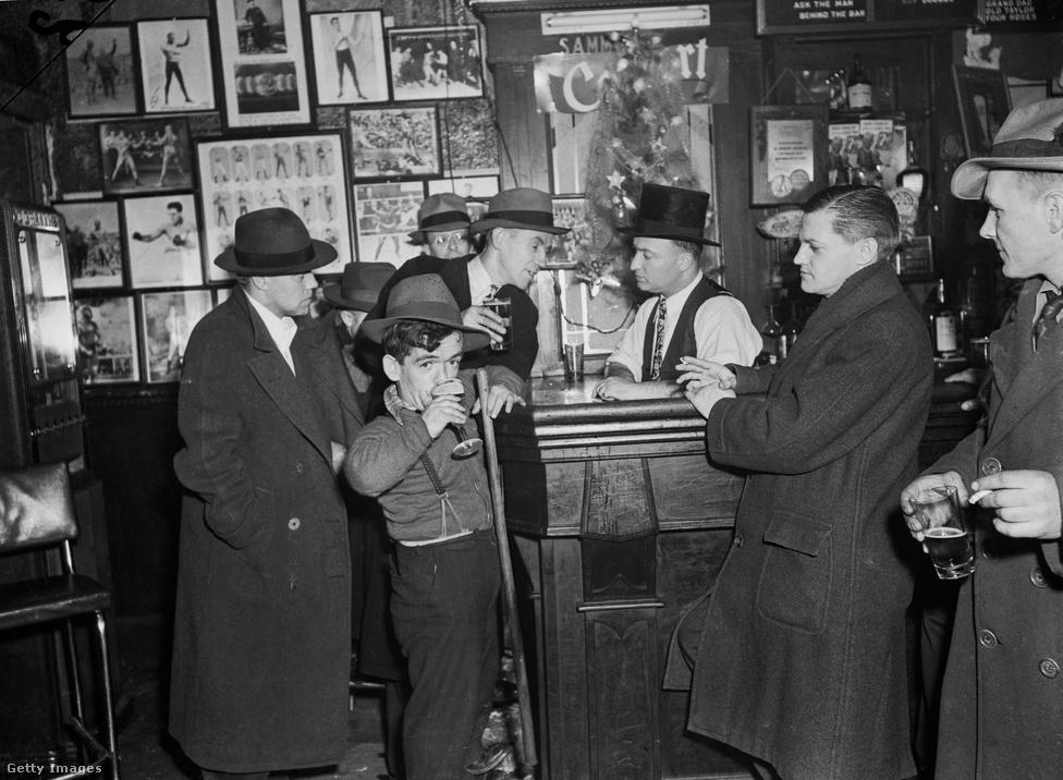 Itt nyílt meg a harmincas években a Sammy's Bowery Follies, amit nyugodtan hívhatunk retrókocsmának, mert már akkor is az 1890-es évek hangulatát akarta direkt megfogni. A tulajdonos, Sammy Fuchs pontosan rájött, hogy mi kell az itteni közönségnek: olcsó pia (törzsvendégeknek akár ingyen is), és olyan szórakoztatás, amit máshol nem kaphatnak meg. Ami nagyjából azt jelentette, hogy Fuchs lekötött az utcáról minden flúgos zenészt, kiégett dívát, levitézlett színművészt - bárkit, akit olcsón be lehetett állítani a színpadra, hogy az emberek lássanak is valamit, ne csak a fejükből nézzenek ki. A Sammy'sben legendásan nem volt ruhatár, az összes vendég kalapban, kabátban táncolt, hajnalig.