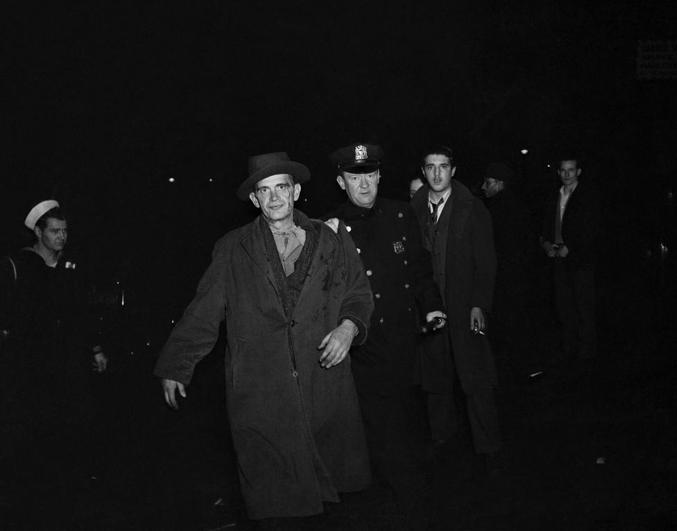 Rendőrök helyszínelnek egy verekedés után az utcán a Sammy's előtt.