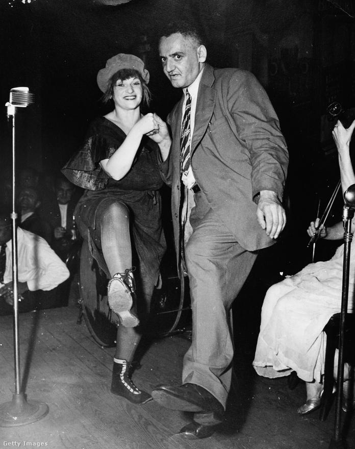 Weegee táncol egy nővel a Sammy'sben