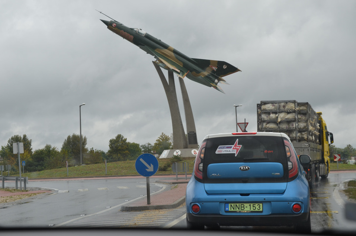 Kecskeméten ez a gyönyörű MiG-21 mosolygott ránk az egyik körforgalomban