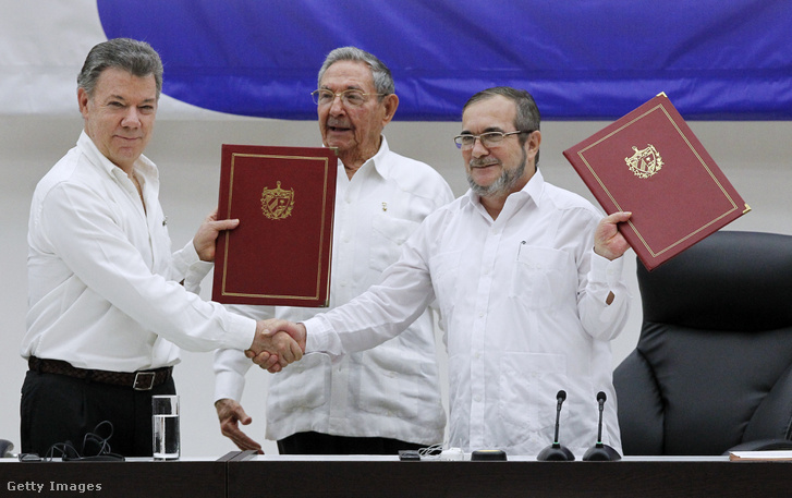 Santos, a FARC-ot vezető Timochenkóval a békeszerződés aláírásakor.