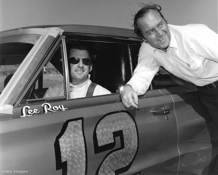 Yates (jobbra) és LeeRoy Yarbrough autóversenyző a Nascar egyik futamán, 1966-ban
