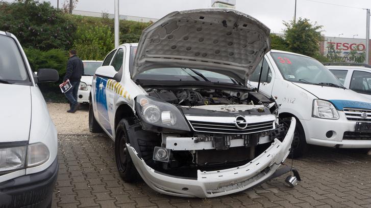 780 ezer forintért ment el, nincs súlyos sérülése és csak 30 ezer kilométert tettek bele a rendőrök. Bár azt biztosan nem kímélő üzemmódban