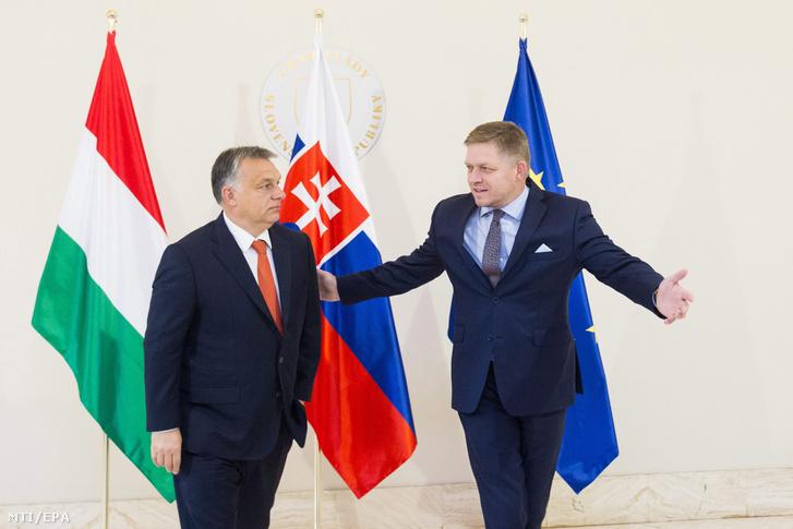Orbán Viktor miniszterelnököt (b) fogadja Robert Fico az Európai Unió soros elnöki feladatait ellátó Szlovákia kormányfője Pozsonyban