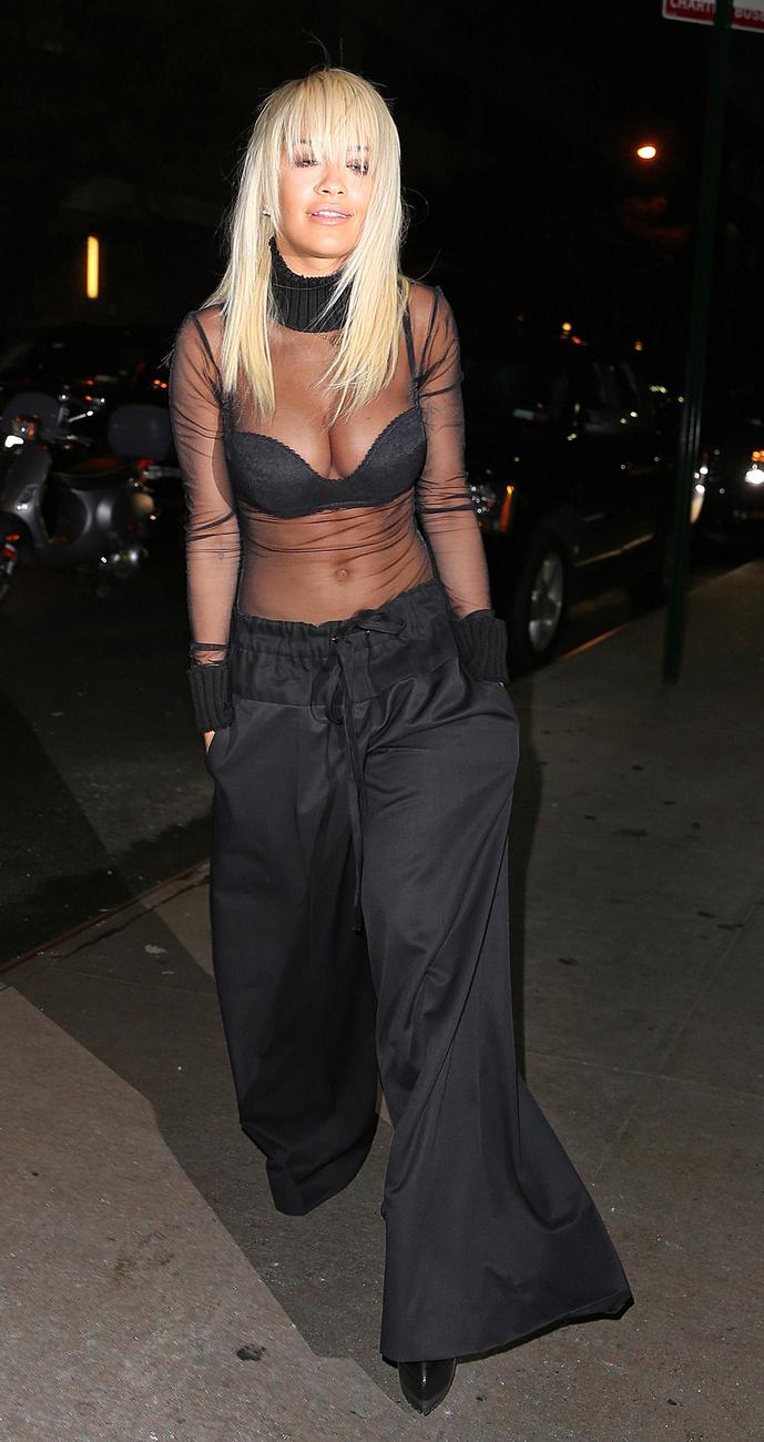 Rita Ora énekesnő megteheti, hisz ezzel mégjobban  ő maga a  rákenroll'!
