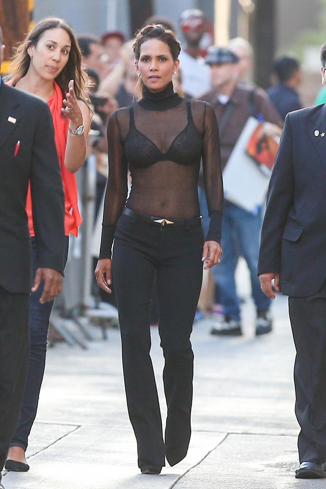Halle Berry így ment be Jimmy Kimmel esti műsorába.