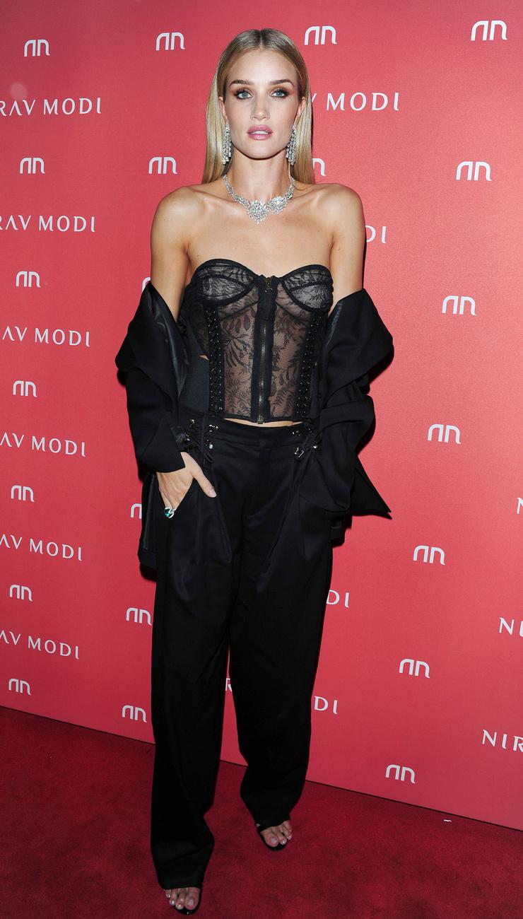 Kim Kardashian után egy kicsit olyan ez, mintha a szilvát próbálnánk a körtével összehasonlítani: Rosie Huntington-Whiteley ezt a felöltözést egy kicsit jobban átgondolhatta volna.