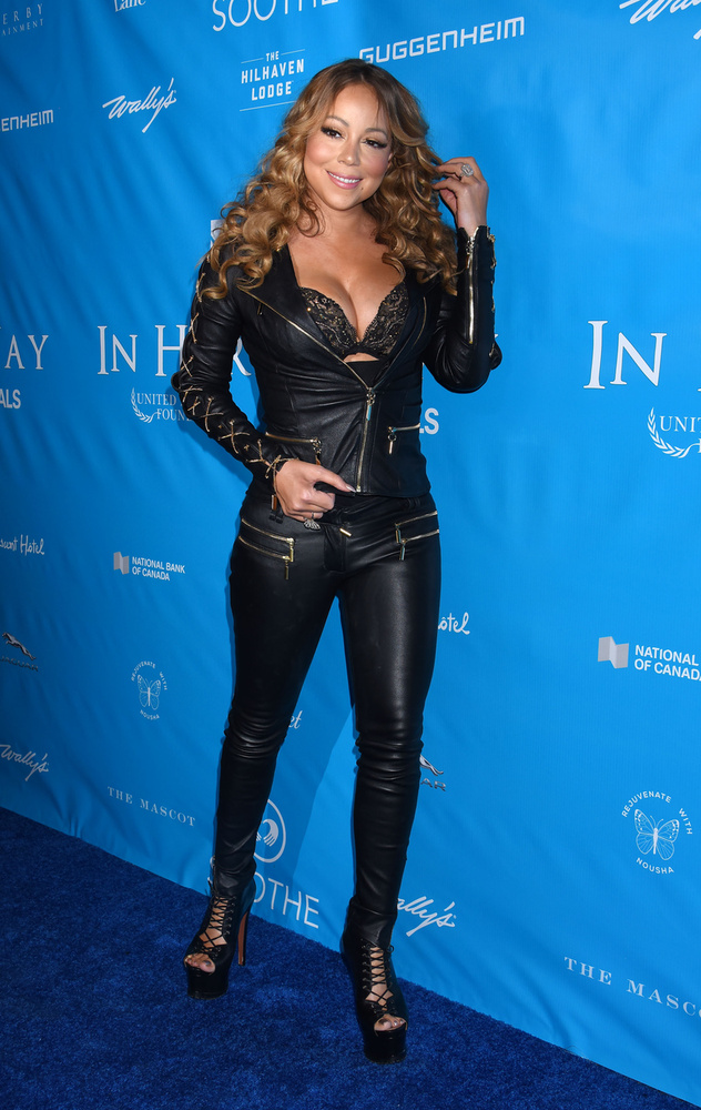 Hát Mariah Carey énekesnőt pont ebben a szerkóban tudjuk elképzelni, ahogy énekli az All I Want For Christmas Is You-t!