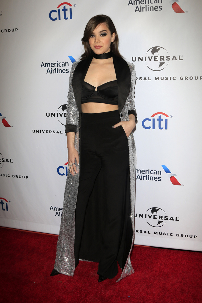 Hailee Steinfeld énekesnő pedig úgy gondolta, ha már épp 18 múlt, miért ne vonulhatna be így a tavalyi Grammy-díjátadóra?!