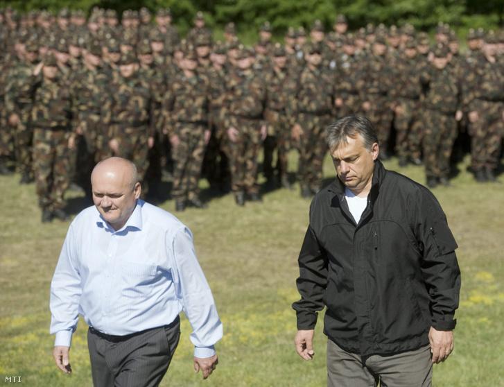 Orbán Viktor és Hende Csaba érkezik az árvízvédelmi munkálatokban résztvevő önkéntes tartalékos katonák köszöntésére a Magyar Honvédség ócsai kiképző bázisán tartott elbocsátó rendezvényre 2013. június 13-án.