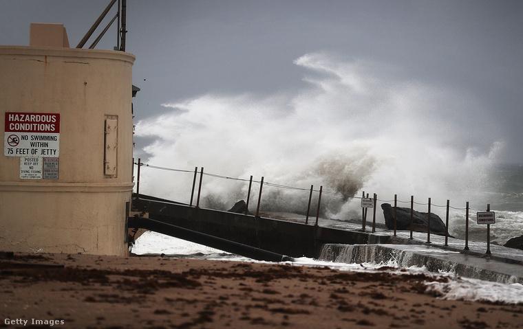 Már ilyen hullámok tombolnak Florida partvidékén.
