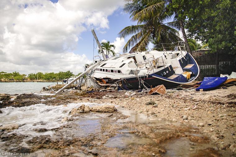 A 4-es erősségű szélvihar eddig Haitin és Kubában pusztított.