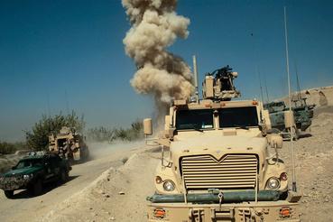 Útszéli bombát robbantanak fel a tűzszerészek egy konvoj mögött Kandaharban.