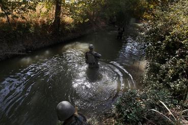 Folyóban járőröznek amerikai katonák egy aknamező közelében. Azért a vízben közlekednek, hogy elkerüljék az utak és ösvények mentén telepített bombákat.