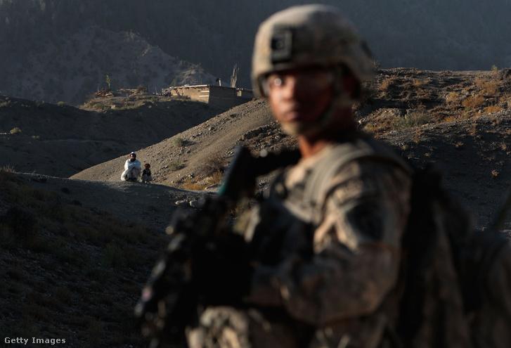 Amerikai őrjárat egy határmenti faluban, ahol rejtett alagutakat kerestek.