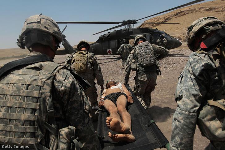 Sebesült afgán civilt visznek a mentőhelikopterhez Amerikai katonák. A 2001-ben indult offenzívából évekig nem kerültek nyilvánosságra képek amerikai sebesültekről vagy halottakról.