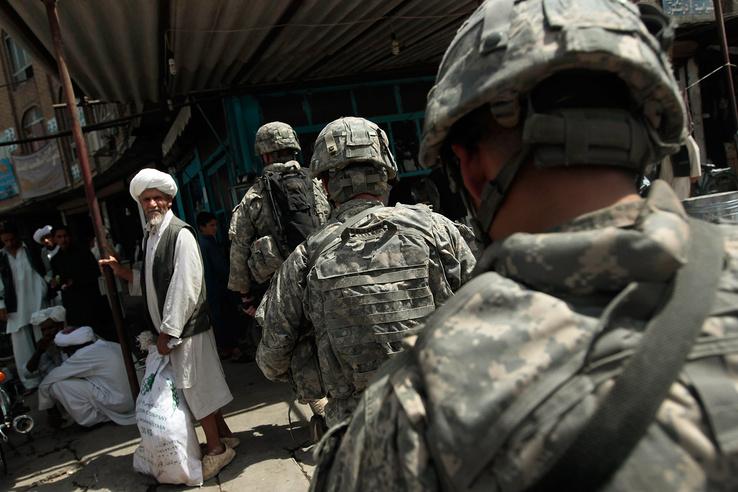 Amerikai katonák fésülnek át egy városi piacot Herat tartományban