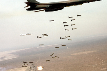 Egy B-1B Lancer szór bombákat Afganisztán felett 2001. decemberében