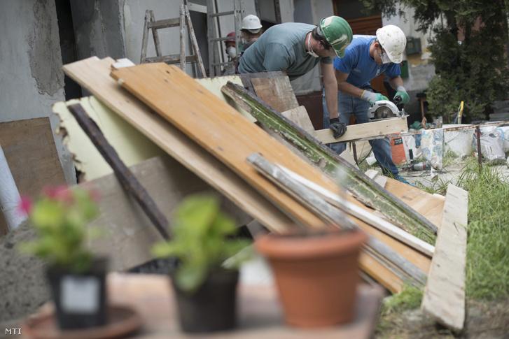 A Habitat for Humanity önkéntesei szociális bérlakások felújításában, lakhatóvá tételében is többször segítettek. Ezt a kőbányai szociális bérlakást 2014-ben újították fel.