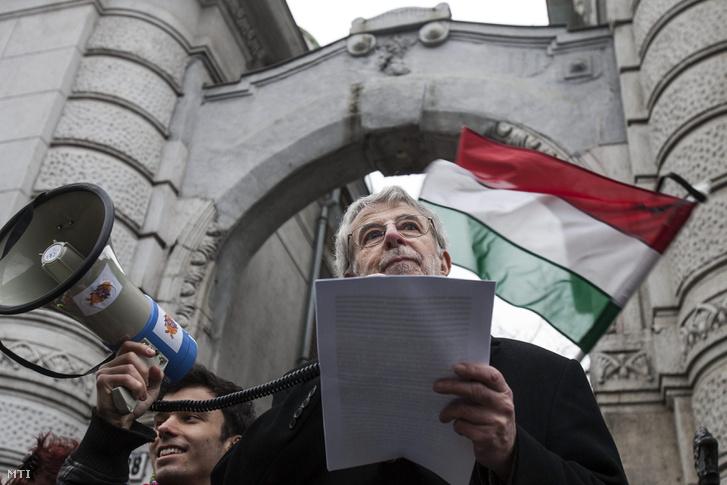 Kőszeg Ferenc a Fidesz Lendvay utcai székházánál szervezett tüntetésen 2013 márciusában.
