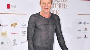 Sting 65 éves és mellbimbósejtetős felsőben jár