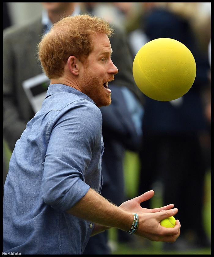 Később megpróbálkozott egy nagyobb labdával is...