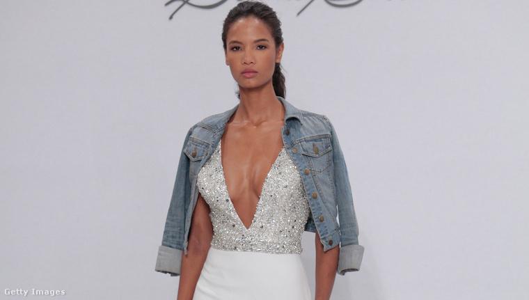 Ez a márka a Dennis Basso for Kleinfeld. Az egyik legmeglepőbb húzásuk ez volt: a menyasszony az esküvői ruhához egy koptatott farmerdzsekit kap a vállára.