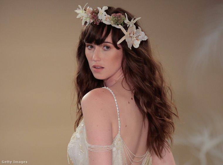 Ötödiknek nézzük a Theia menyasszonyi ruháit. Ők a romantikus vonalat képviselik, annyira romantikusat méghozzá, hogy ennek a ruhának a felsőrésze egy kombinéra emlékeztet.