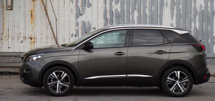 """A SUV-ok általában a fekete, """"ütésálló"""" díszítésekkel operálnak, a Peugeot-n meglepően sok a króm"""