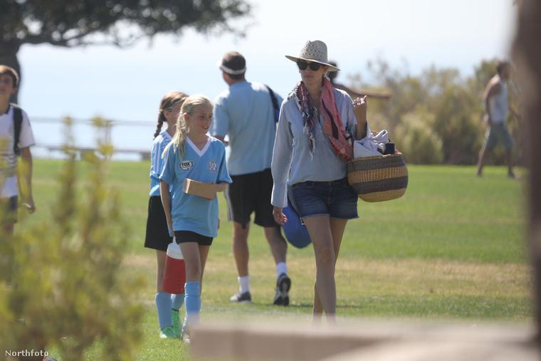 Julia Roberts manapság a fél életét a gyerekei focimeccsén tölti drukkolva, ami igazán kedves, családszerető személyiségre vall.