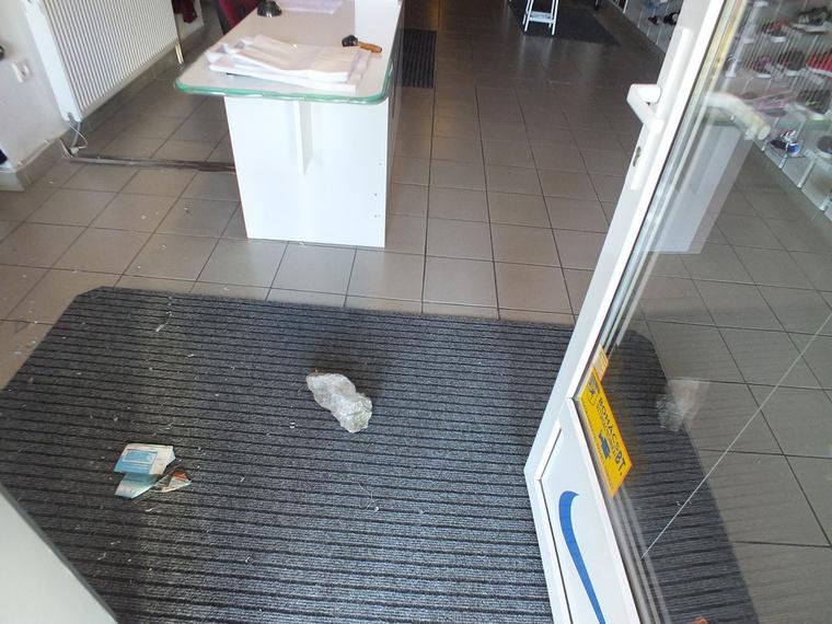 Egy betondarab segítségével betört az üzletbe, de kifelé már várták.