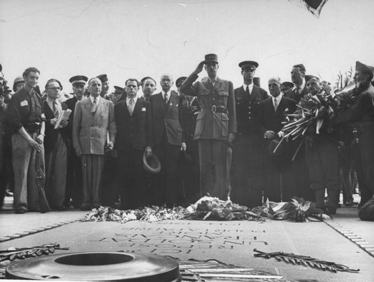 de Gaulle Párizs felszabadításának ünnepén, 1944-ben az Ismeretlen Katona sírjánál.