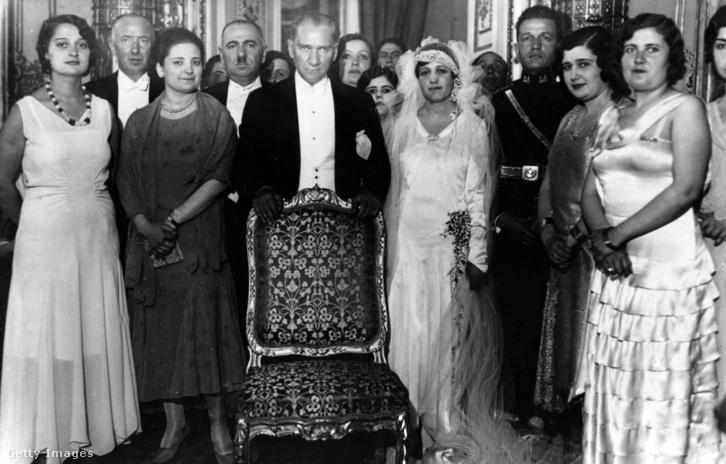 Atatürk nyugati módon öltözött hölgyek társaságában