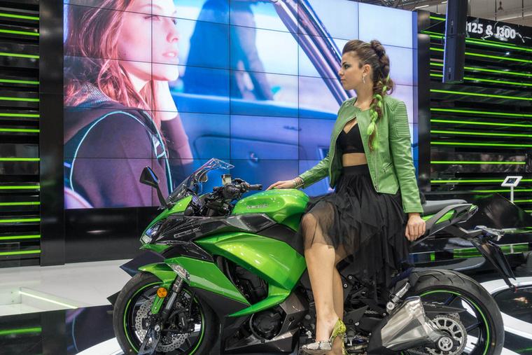 A Kawasaki Z1000SX 2017-re csak egészen apró módosításokat kapott: szélesebb idomok, puhább ülés, váltófény és fokozatkijelző jelenti a főbb változásokat.