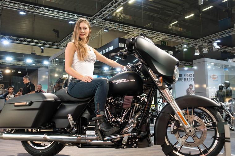 A Harley-Davidson Street Glide Specialnek jól áll a direktszűrő.