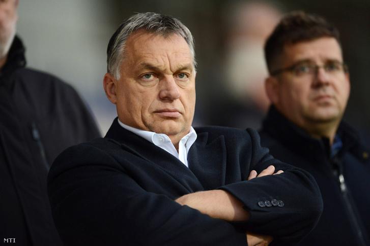 Orbán Viktor és Seszták Miklós nézi a magyar labdarúgó-válogatott edzését a rigai Skonto Stadionban 2016. október 9-én.