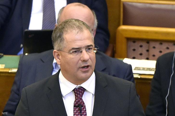 Kósa Lajos, a Fidesz frakcióvezetője felszólal napirend előtt az Országgyűlés plenáris ülésén 2016. október 10-én