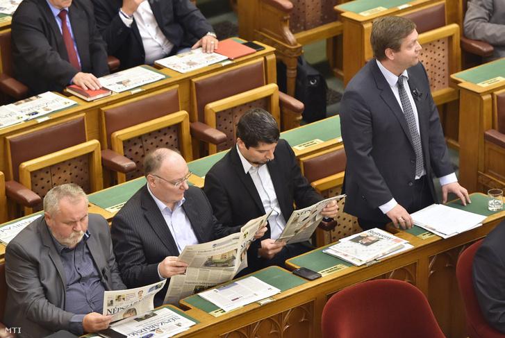 Tóth Bertalan fekete szalaggal a zakóján szólalt fel hétfőn napirend előtt, mellett frakciótársai Népszabadsággal a kezükben.