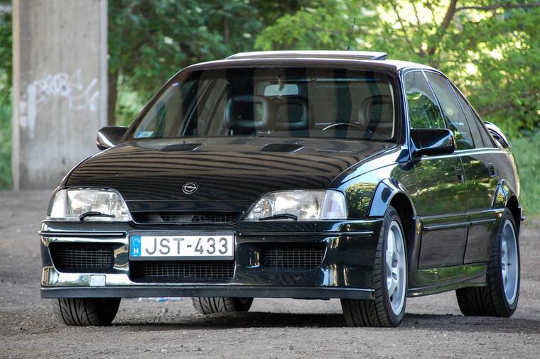 Az 1987-ben bemutatott Opel Omega legerősebb változatát a világ egyik legnagyobb versenytapasztalattal rendelkező gyártója, a Lotus építette