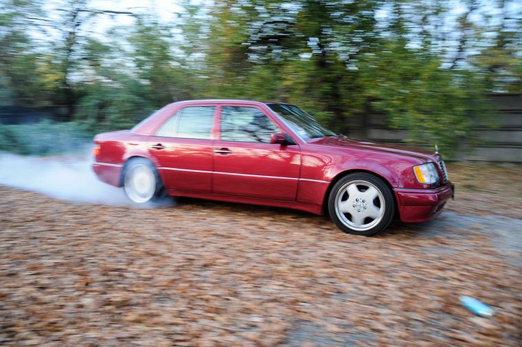 És ha 500E, akkor a korszak másik sportszedánja, az E34-es BMW M5 sem hiányozhat