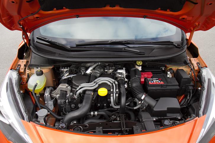 És ez a motortér szinte áttekinthető a 900-as turbóséhoz képest. Az 1.5 dci alul is él