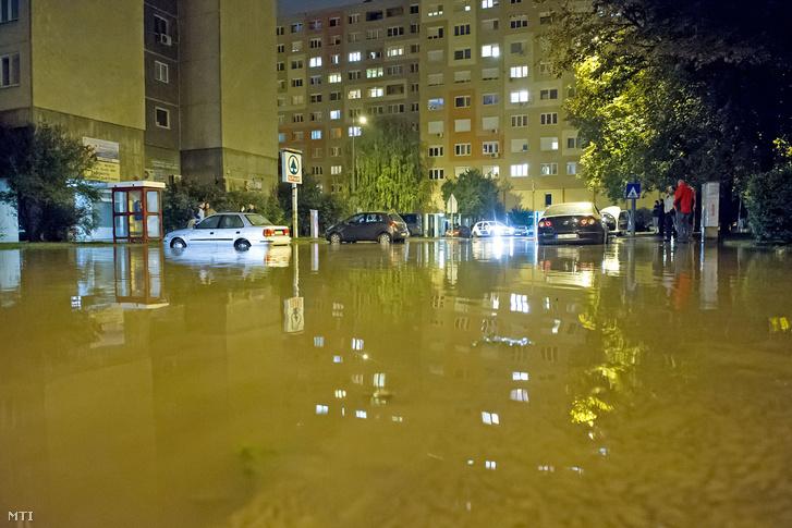 Vízben álló autók a III. kerületi a Perc utcában ahol eltört egy 400 milliméteres víznyomócső 2016. október 11-ére virradó éjjel.