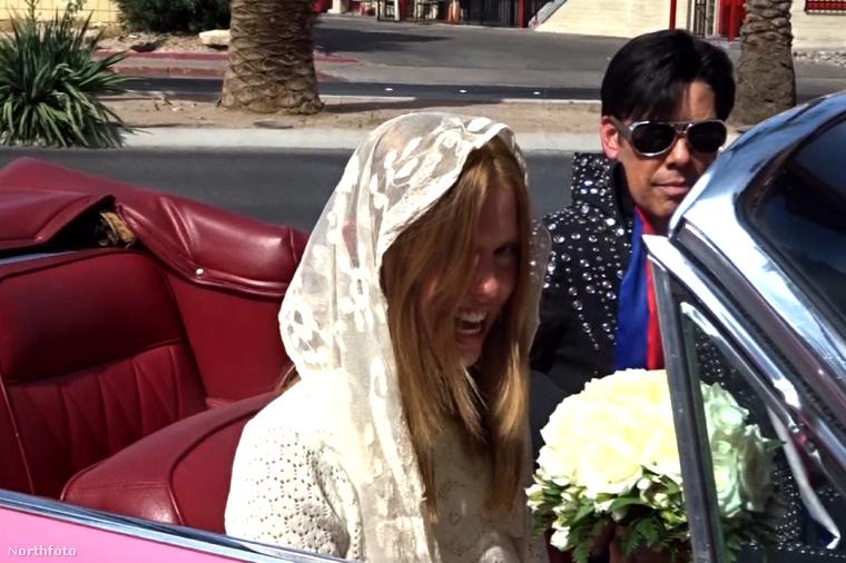 Mia Goth még mehetett is egy kört az adott Elvis imitátorral a pink Cadillac-kel.