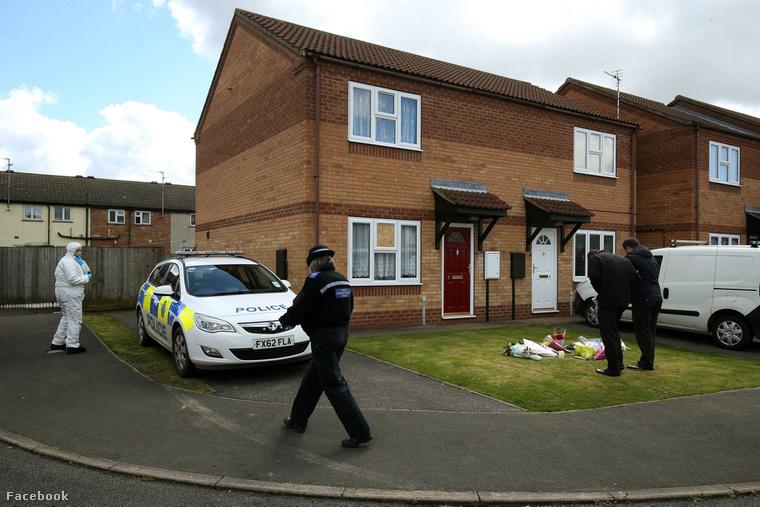 Helyszínelő rendőrök a család házánál