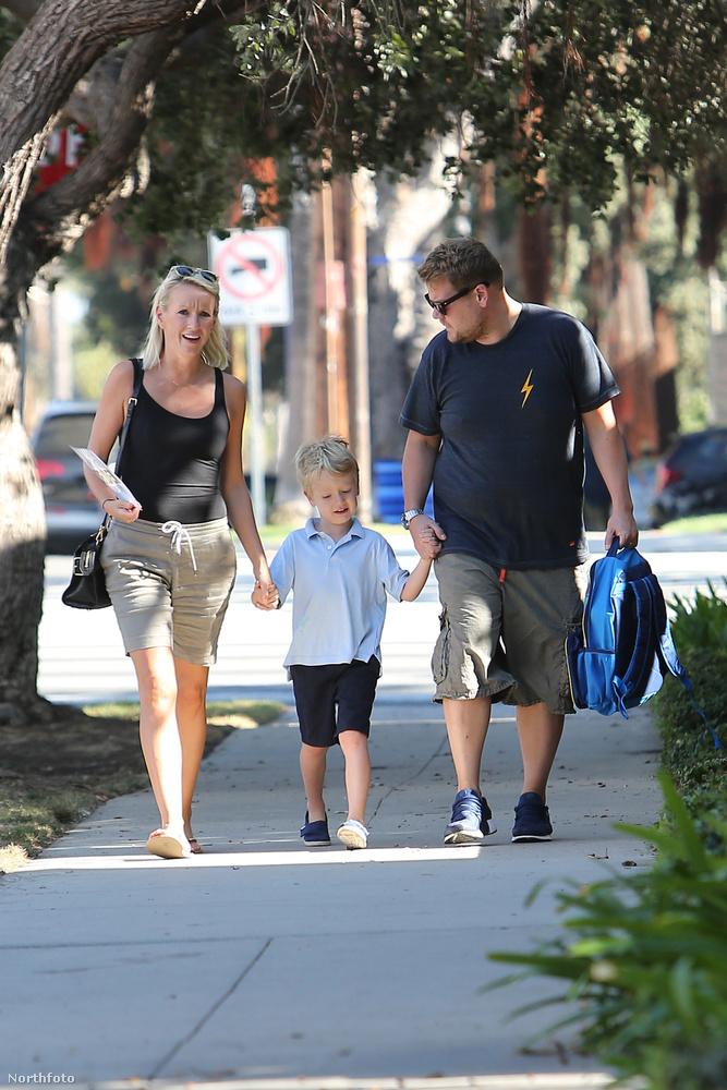 Itt ép az látszik, amint feleségével, Carey-vel elment a fiáért, Maxért az iskolába.